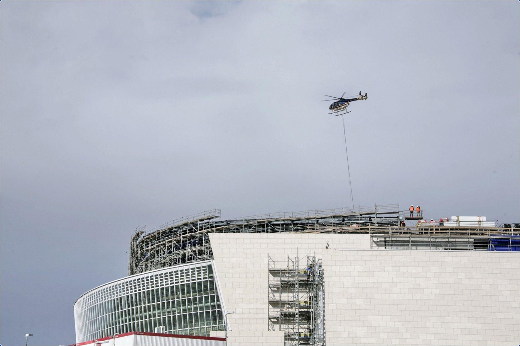 HelicopterhebtLichtmasten1.jpg